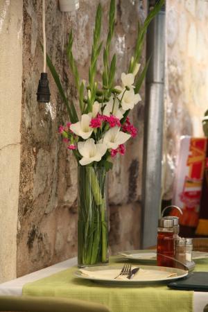 joli bouquet de fleurs naturelles photo de konoba koloseum dubrovnik tripadvisor. Black Bedroom Furniture Sets. Home Design Ideas
