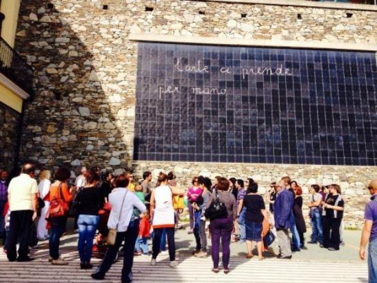 """Ulassai, Italien: Turisti difronte all'opera """"La Lavagna"""" di Maria Lai"""