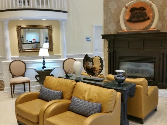 BEST WESTERN PLUS Kingsland: Lounge Area by Front Desk