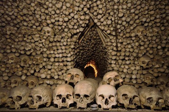 Ossuary / The Cemetery Church: Pyramida z kostí