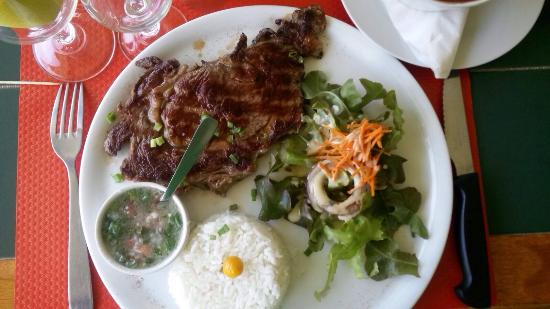 Restaurant Le Ranch : Entrecôte riz, haricots rouges et sauce chien.