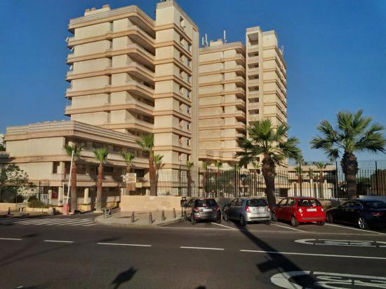 Playa Honda II Apartments: Вид с улицы