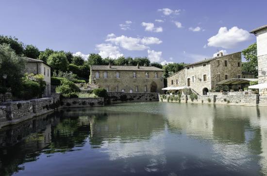 Piazza delle sorgenti bagno vignoni foto di piazza delle sorgenti san quirico d 39 orcia - Bagni di vignone ...