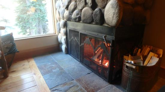 Moraine Lake Lodge: Cozy fireplace in cabin 16