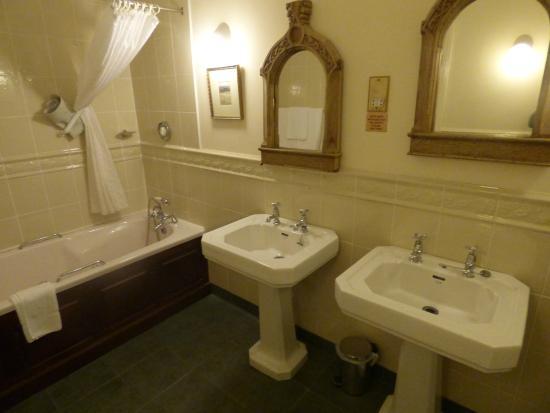 Abbeyglen Castle Hotel: Large and Spacious Bathroom