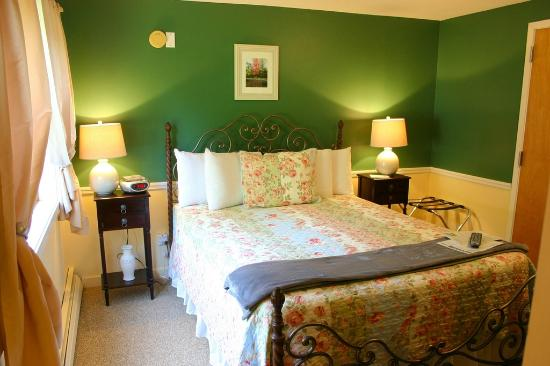White Horse Inn : ROOM 102 • SNOWFLAKE ROOM ...sleep well in this queen bed with Vermont green walls. Private bath