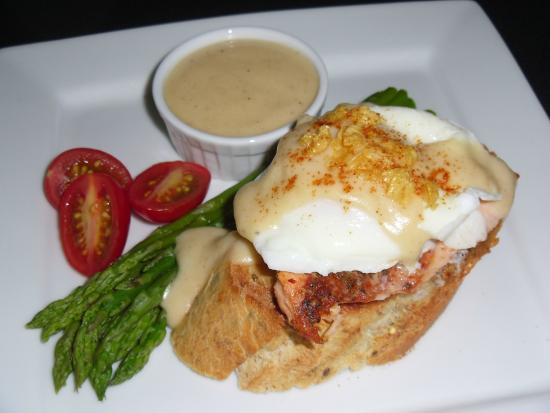 The Guest House Bed & Breakfast : Eggs Benedict with Northwest Salmon