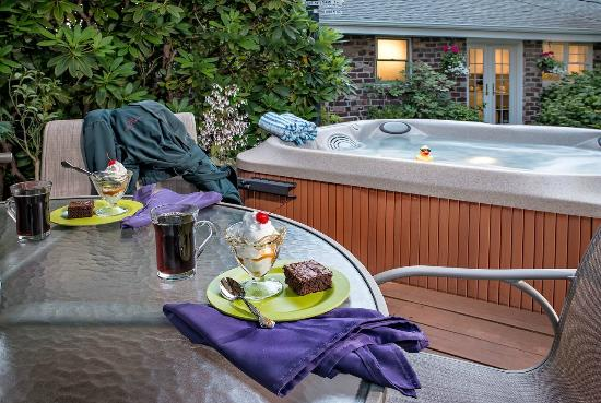 The Guest House Bed & Breakfast : Hot Tub & Deck