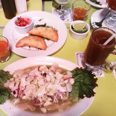 Aguachiles y empanadas de camarón en El Oasis Mariscos Cancún.