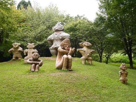 Nagai City Kodai No Oka Museum: 土偶広場1
