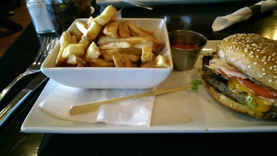 Lions Pub: Angus beef burger