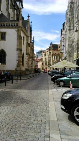 Brno, República Checa: Vista panorámica de una calle típica