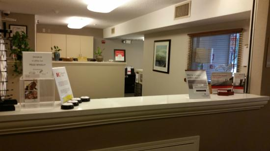 Candlewood Suites Chicago/Naperville: Hellooooooooooooooo? Anyone at the front desk?