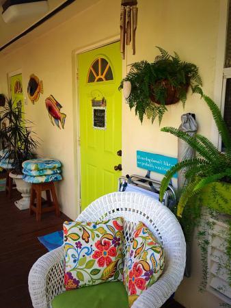 Mango Street Inn: Delicious breakfast, pergola, room door