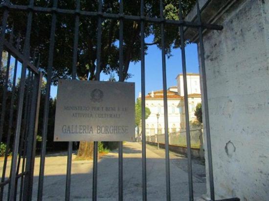 Galleria Borghese: バス停近くの美術館の門