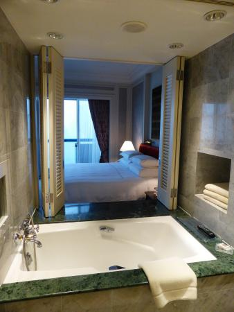 Swissotel The Stamford Singapore: The bathroom overlooks the Bedroom and out to the View