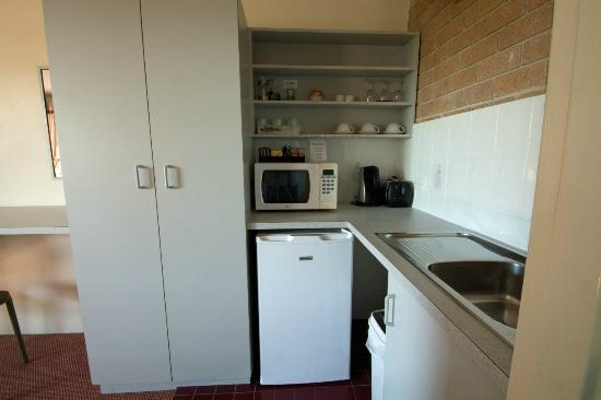 Anchor Bay Motel: Kitchenette in suites