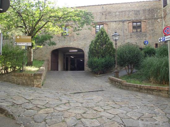 Entry to San Lino carpark, with sign