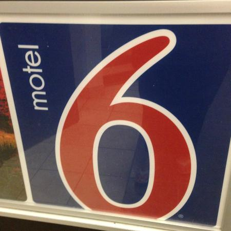 Motel 6 Newport: Sign