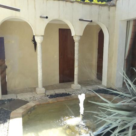 Chateau de Cassis: patio vers la chambre marocaine