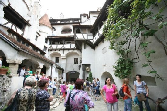 Bran Castle (Dracula's Castle): 브란성내의 또 다른 야외관