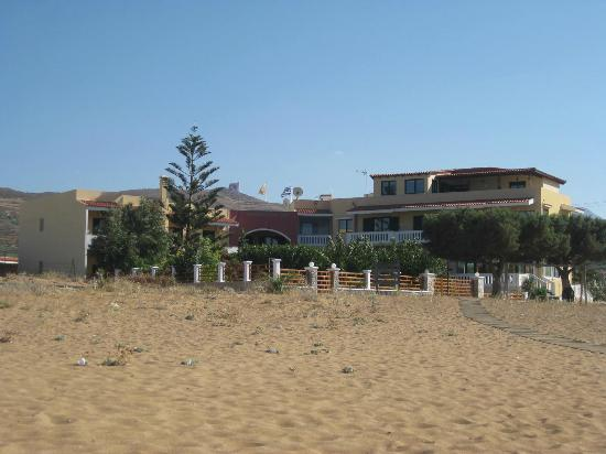 Hotel Apartments Gramvoussa Bay: Vista dell'hotel dalla spiaggia