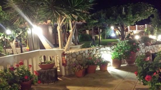 Hotel Apartments Gramvoussa Bay: Il giardino di sera