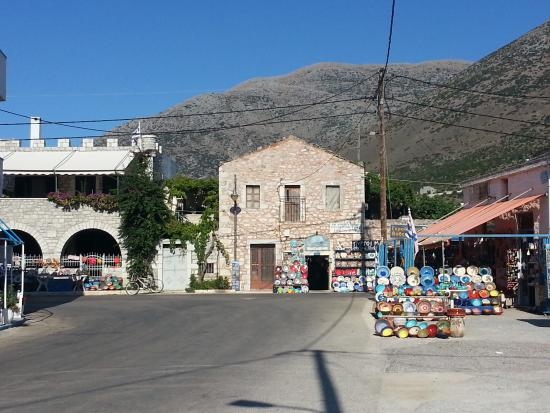 Pagkia, Griekenland: The nice traditional ceramic shops at Pyrgos Dirou, on the road to Areopoli (20 minutes from Pag