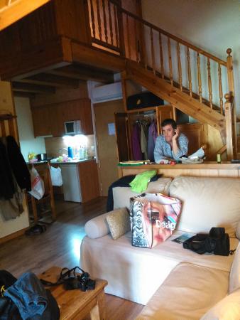 Aparthotel Sarrato: Interior del apartamento con altillo en la tercera planta
