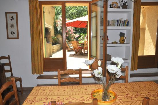 Noves, Γαλλία: La Tuilerie : dine inside or out sunlight, fresh bright Provencal fabrics