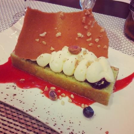 Les Alizes: Cake à la pistache, crème vanille et coulis de fraise