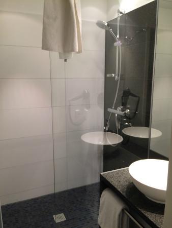 """tv im zimmer mit """"aquarium""""-bildschirm - picture of motel one koln, Hause ideen"""