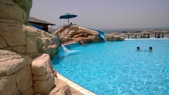 Coral Beach Resort Sharjah: бассейн и детская горка