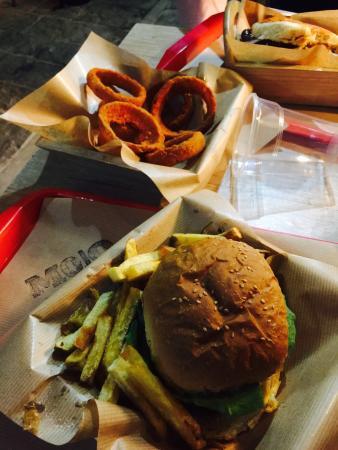 Mojo Burgers: Heerlijke hamburger en de beste uienringen ooit!
