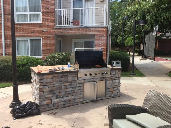 Residence Inn Atlanta Alpharetta/Windward : Outdoor grill which we had friends over and enjoyed one weekend