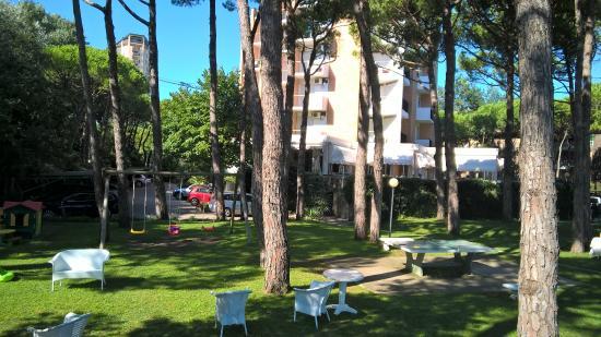 Hotel Beau Rivage Pineta: vista hotel dalla zona piscina