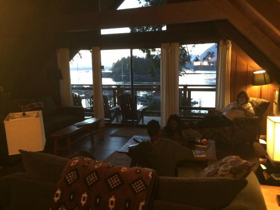 Tofino Inlet Cottages: Den rummelige og hyggelige stue