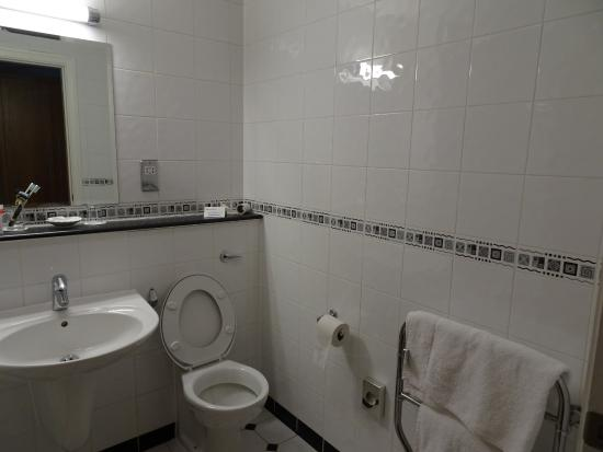 Telford Whitehouse Hotel: The clean and bright ensuite bathroom
