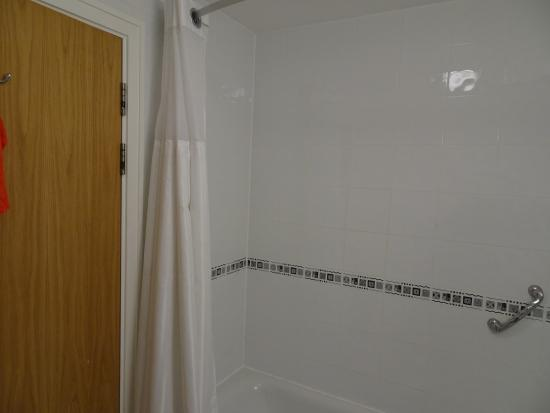 Telford Whitehouse Hotel: The bathroom clean and bright