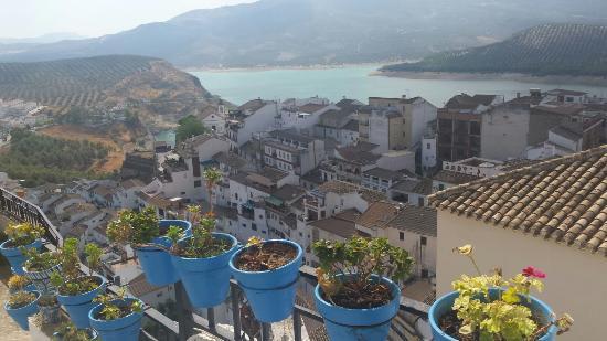 Villanueva de Tapia, Spanje: Uitzicht op het meer van Iznajar vanuit het dorpje