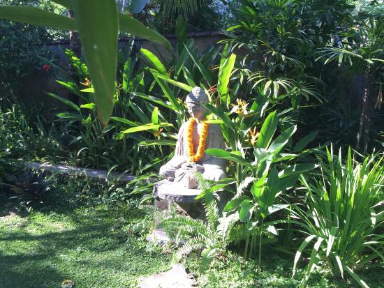 Sananda Bungalows: Buddha im Garten von Sananda