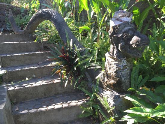 Sananda Bungalows: Treppe im Garten von Sananda