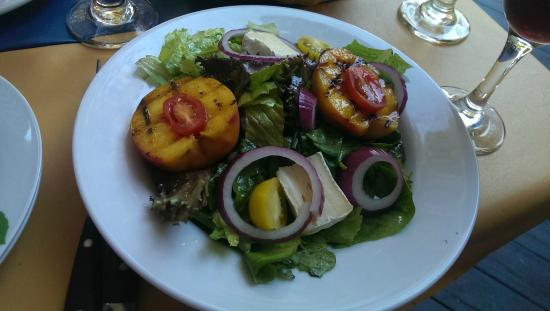 Maximillian's restaurant: Grilled peach salad with brie