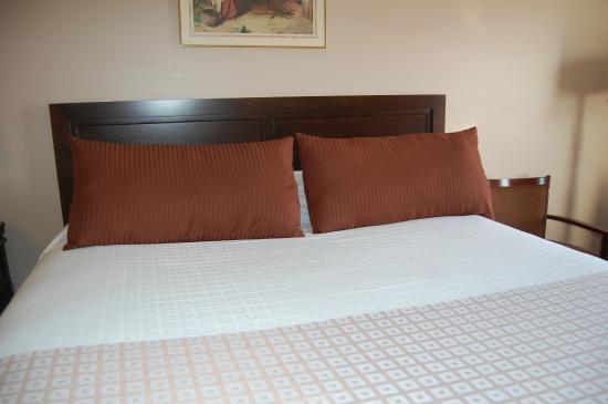 King size bed Keyser inn interior