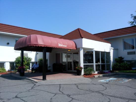 Adam's Airport Inn: Vista exterior del hotel