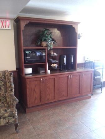 Adam's Airport Inn: Lugar del lobby con la cafetera
