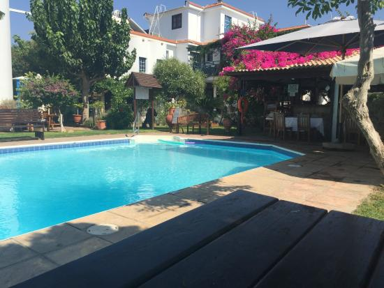 Bay View Hotel Apartments : Pool and bar / restaurant area