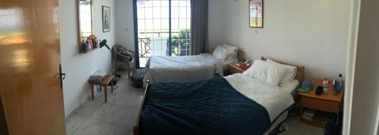 Bay View Hotel Apartments: Bedroom with 2 single beds