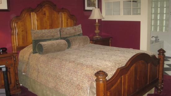 St. Brendan's Irish Inn: Very comfy bed