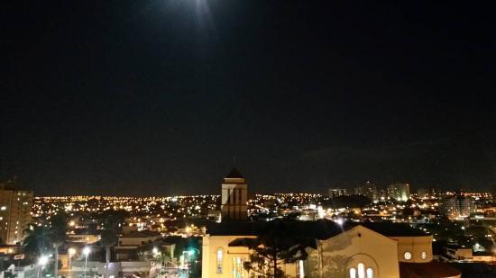 إتاماراتي هوتل: Vista do quarto triplo/quádruplo no 4º andar a noite